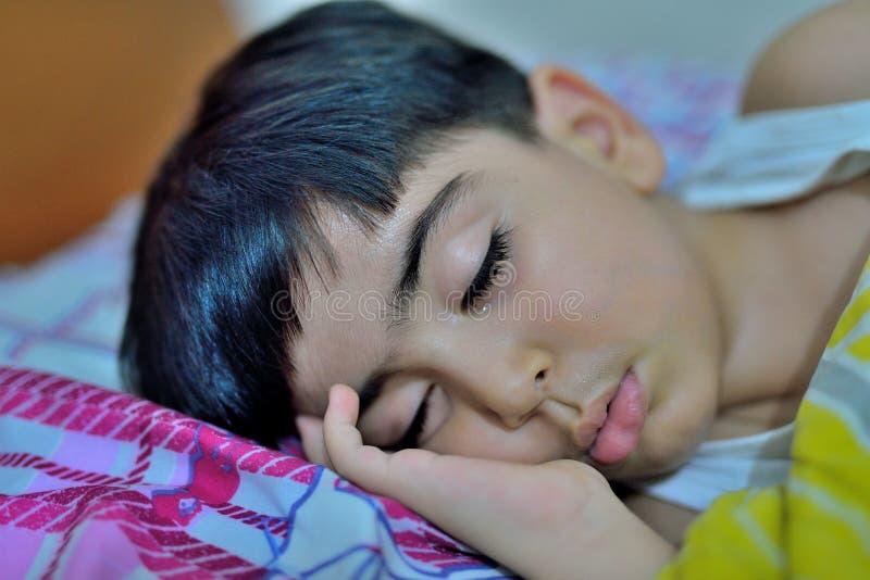 Schlafender Junge lizenzfreie stockfotos