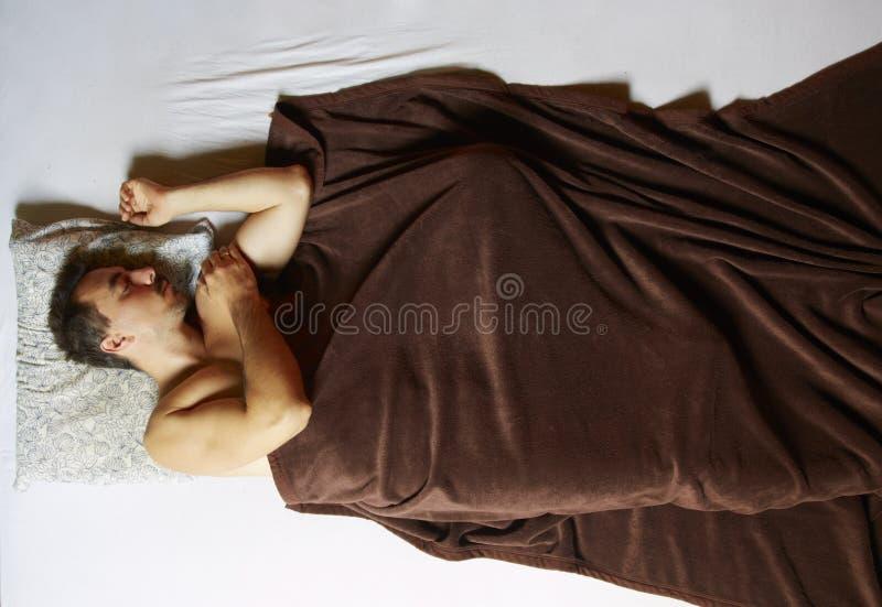 Schlafender Mann im Bett stockfotografie