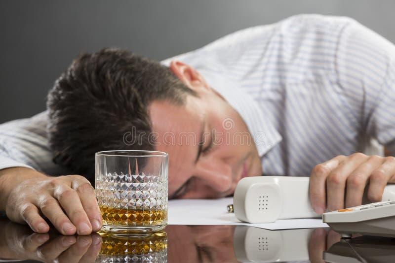 Schlafender Mann mit trinkenden Problemen stockbilder