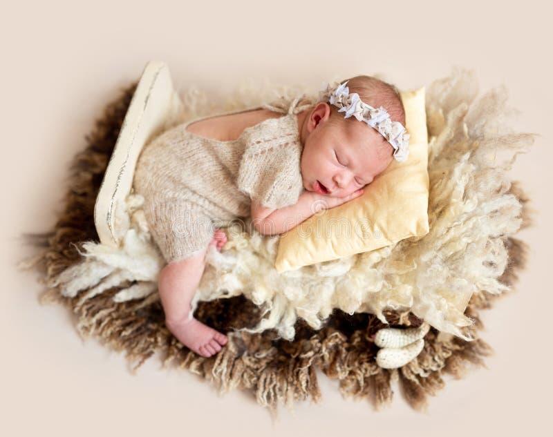 Schlafendes Baby auf Wolle lizenzfreies stockbild