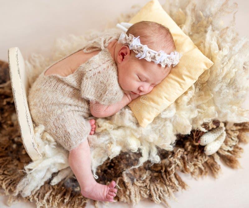 Schlafendes Baby auf Wolle stockfotografie