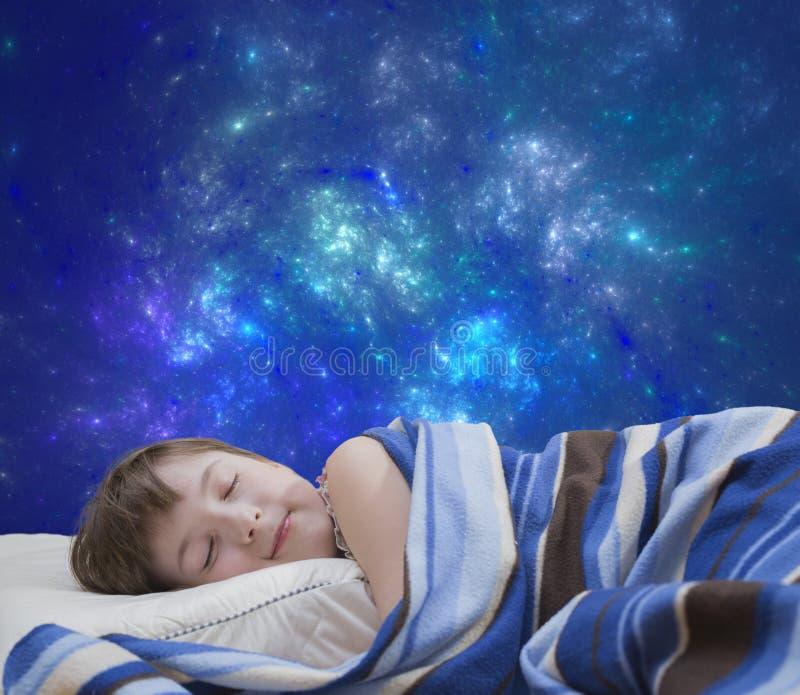 Schlafendes Mädchen auf abstraktem Hintergrund stockbild