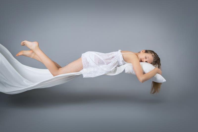 Schlafendes Mädchen Fliegen in einen Traum stockbild