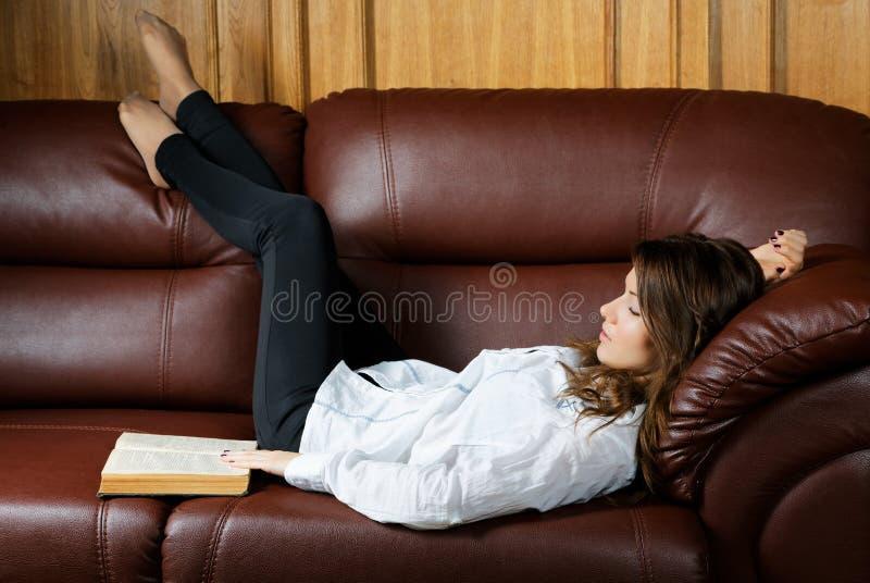 Schlafendes Mädchen mit einem Buch stockbilder