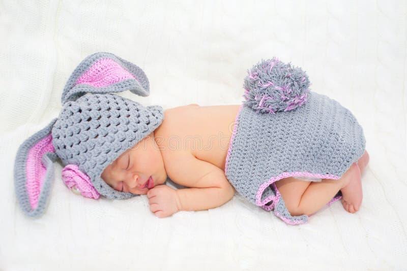 Schlafendes neugeborenes Baby im Ostern-Kaninchenkostüm lizenzfreie stockfotos