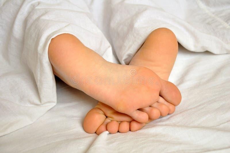 Schlafenmädchenfüße stockfoto