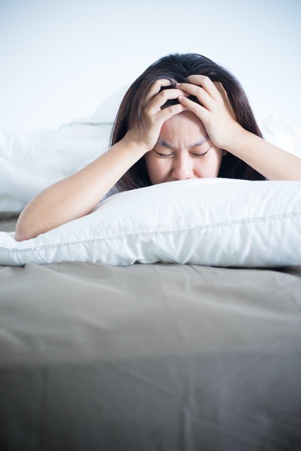 Schlaflose Frau des Druckes auf Bett stockfoto