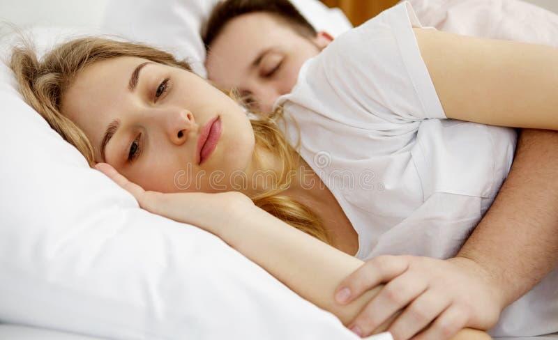 Schlaflosigkeitsprobleme im Bett lizenzfreie stockbilder