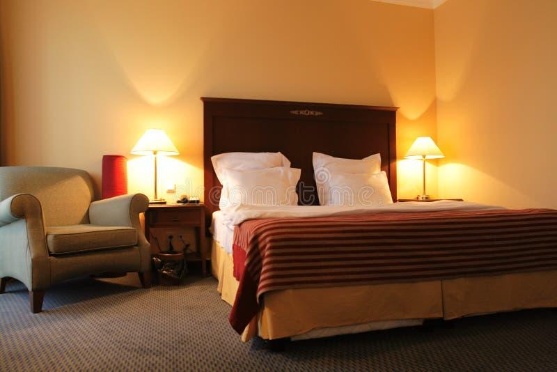Schlafzimmer am Abend stockfoto