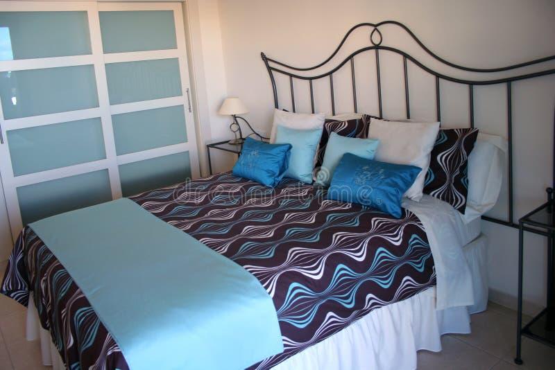 Schlafzimmer in der Wohnung stockbilder