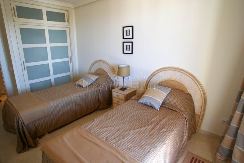 Schlafzimmer in der Wohnung stockfotografie