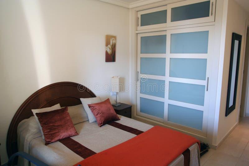 Schlafzimmer in der Wohnung lizenzfreie stockfotos