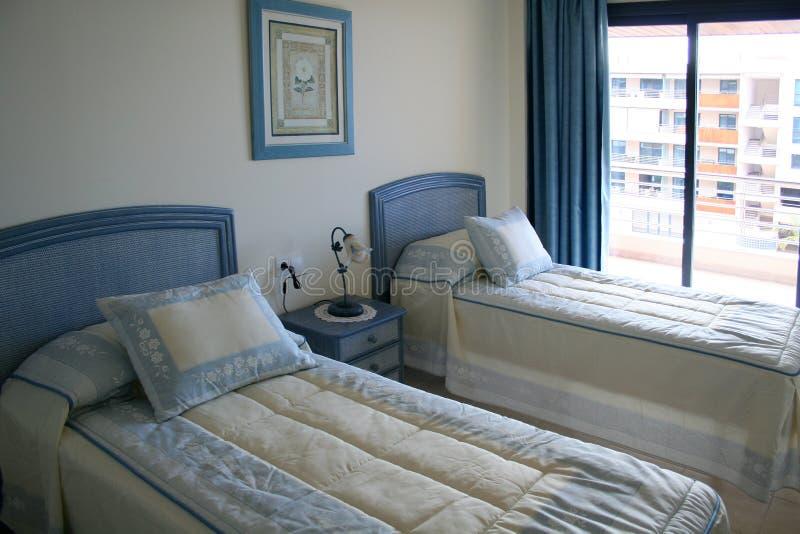 Schlafzimmer in der Wohnung lizenzfreies stockbild