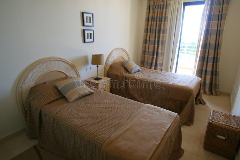 Schlafzimmer in der Wohnung stockbild