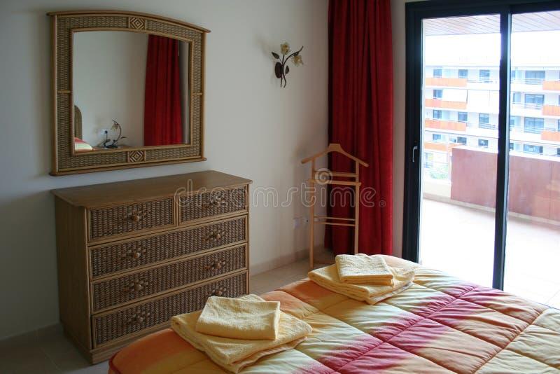 Schlafzimmer in der Wohnung stockfoto