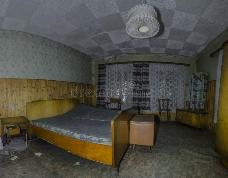 Schlafzimmer in einem Waldhauspanorama stockfoto
