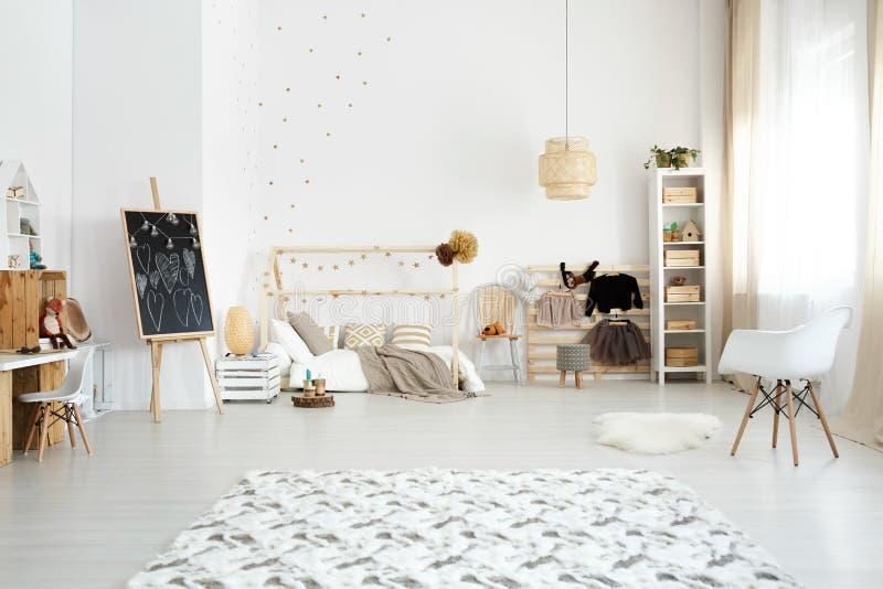 Schlafzimmer entworfen in der skandinavischen Art stockfotos