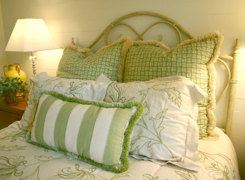 Schlafzimmer in Grünem und im Weiß stockfotos