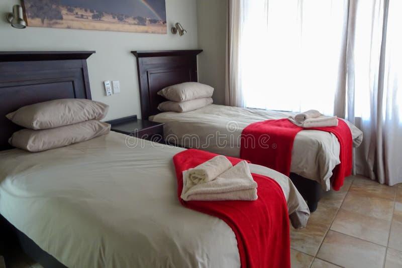 Schlafzimmer im Nossob-Flussufer-Chalet, 21/01/2019 Grenzpark Kgalagadi stockbild