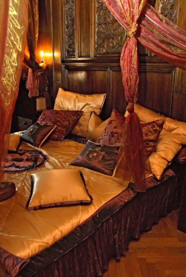 Schlafzimmer im Schloss stockfotos