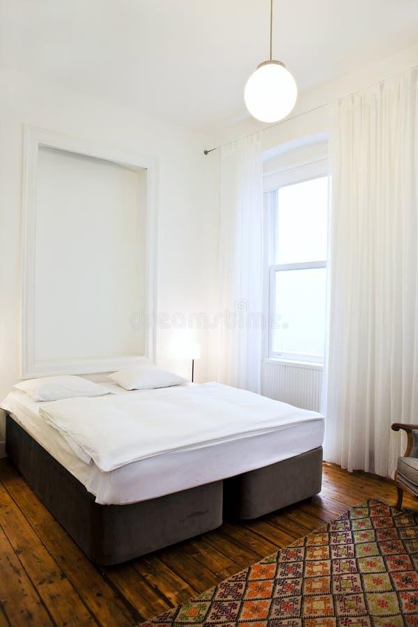 Schlafzimmer im Weiß lizenzfreie stockbilder
