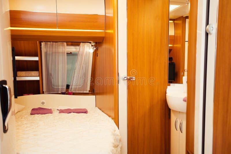 Schlafzimmer-Innenraum des Wohnmobils lizenzfreies stockbild