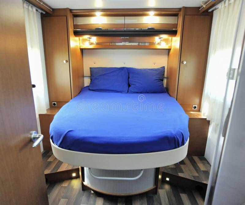 Schlafzimmer-Innenraum des Wohnmobils stockbilder