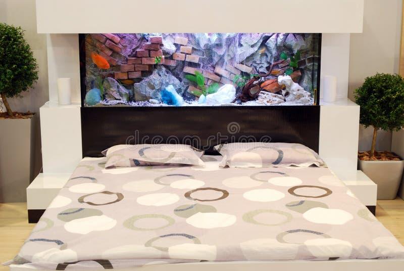 Schlafzimmer mit Aquarium stockfoto. Bild von möbel, raum - 17265832