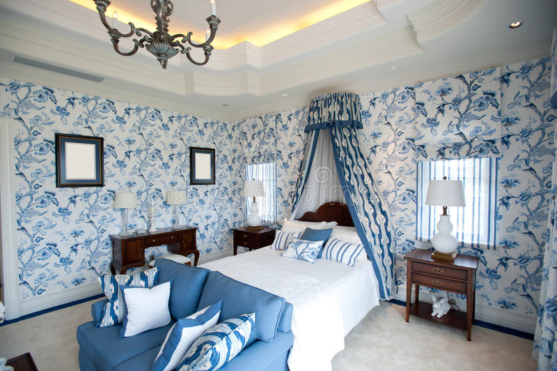Schlafzimmer mit blauer Blumentapete lizenzfreie stockfotos