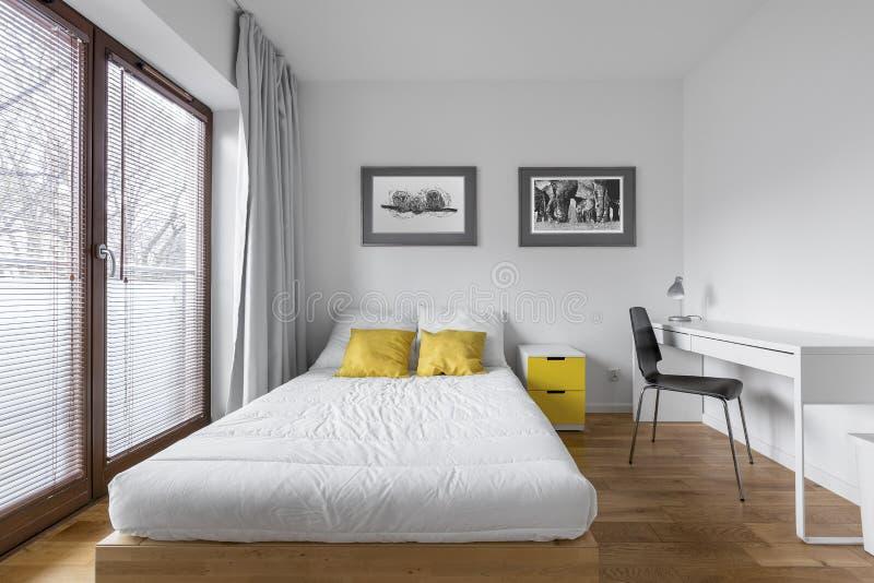 Schlafzimmer mit Countertopschreibtisch stockfotos