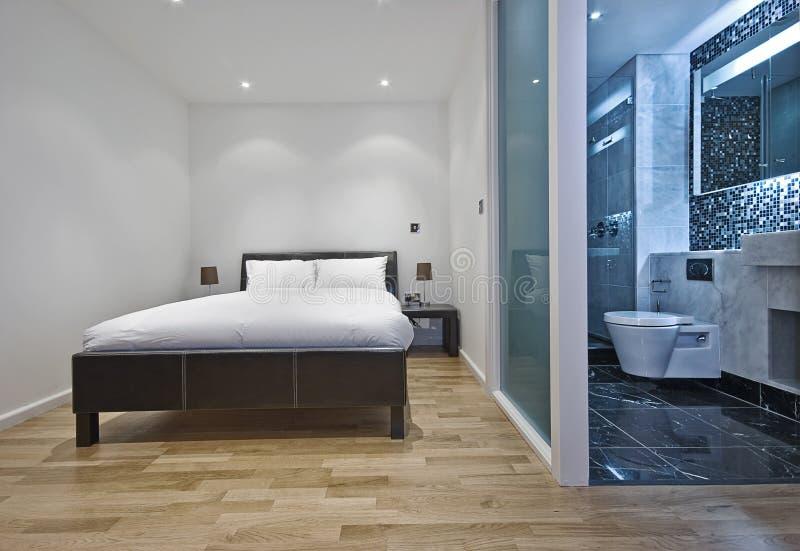 Schlafzimmer mit Ensuite Badezimmer lizenzfreie stockfotos
