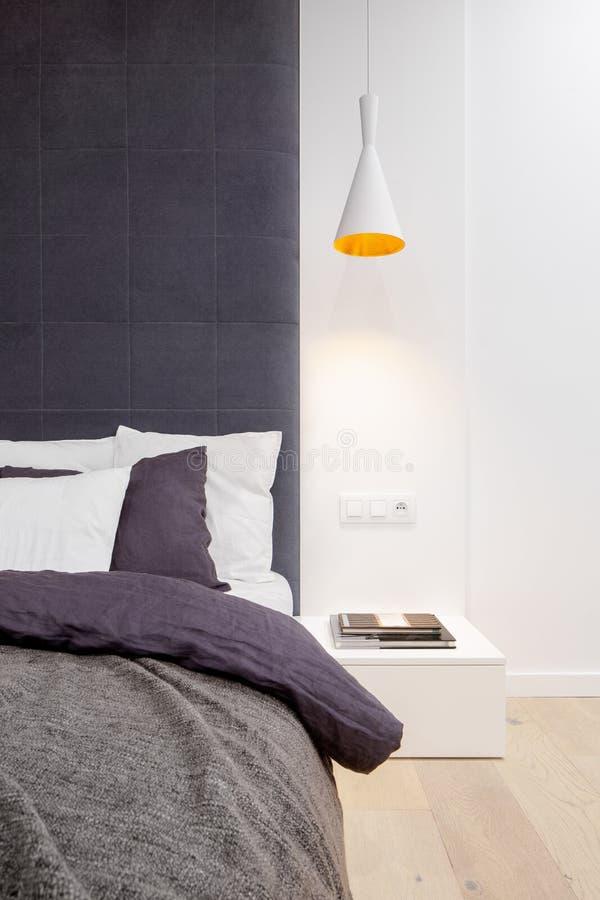 Schlafzimmer mit Kopfende stockfotos