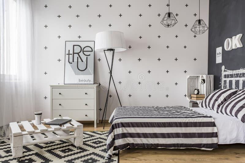 Schlafzimmer mit kreativen Lösungen stockfoto