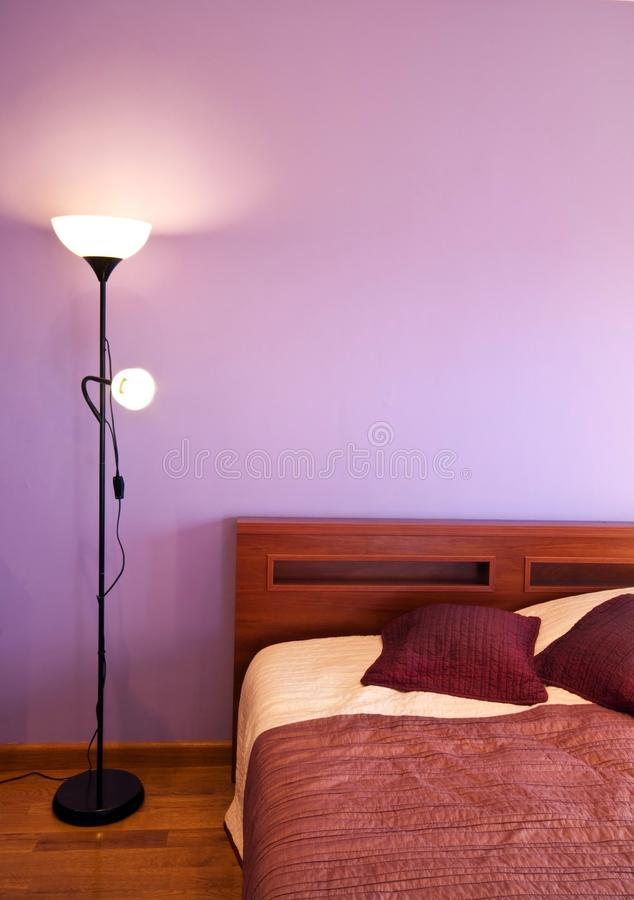 Schlafzimmer mit purpurroter Wand stockfoto