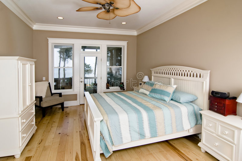 Schlafzimmer mit Ufergegendansicht stockbild