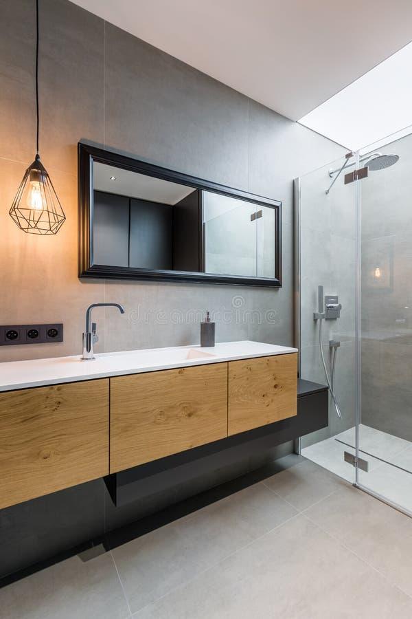 Schlafzimmer mit Weg in der Dusche stockfotos