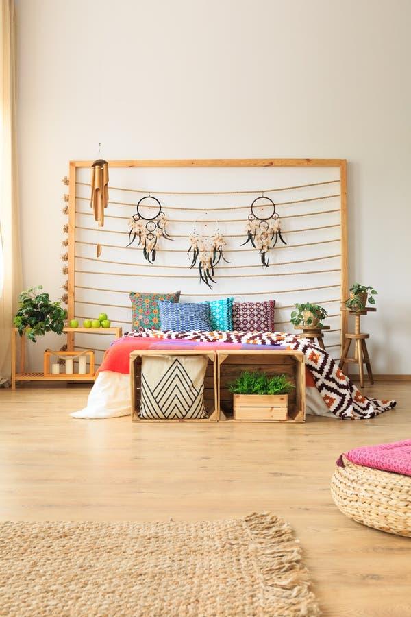 Schlafzimmer mit Wolldecke und Osmanen lizenzfreie stockbilder