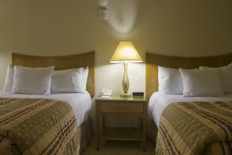 Download Schlafzimmer Mit Zwei Betten Mit Nachttisch Stockfoto   Bild Von  Wohnung, Betten: 12615502