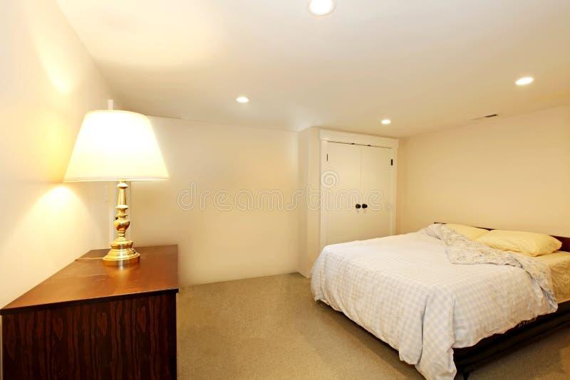 Schlafzimmer ohne Fenster stockbild. Bild von projekt - 38115823
