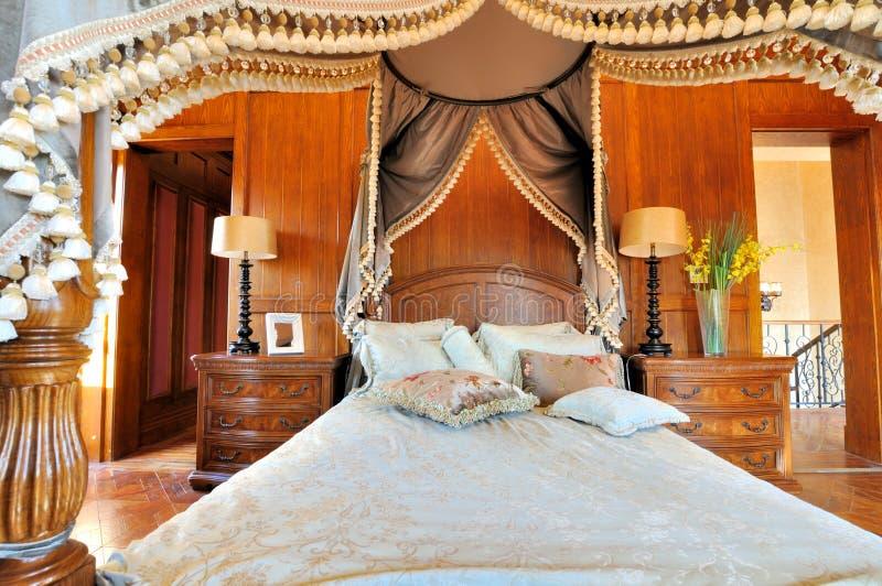 Schlafzimmer und blumiger Trennvorhang in der fantastischen Art lizenzfreie stockbilder