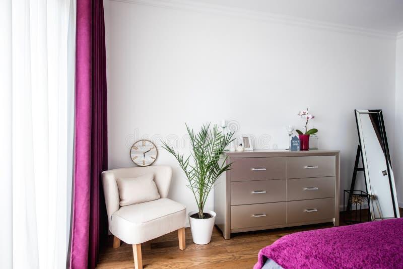 Schlafzimmerdesign mit modernen Möbeln und skandinavische Art entwerfen stockfoto