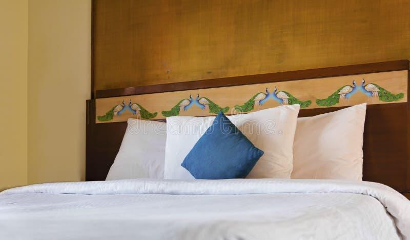 Schlafzimmerinnenpfau Headboard stockfoto