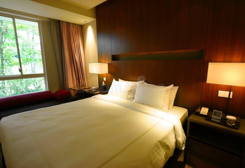 Schlafzimmerinnenraum mit Gartenansicht lizenzfreie stockfotos