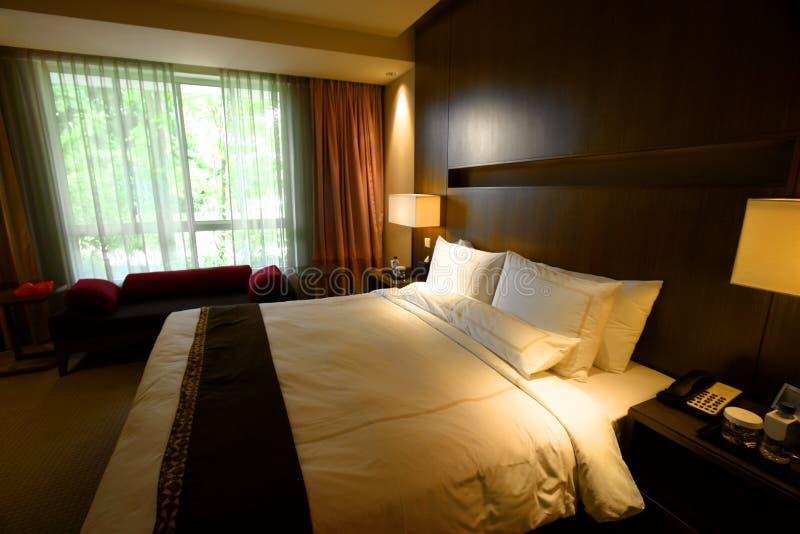 Schlafzimmerinnenraum mit Gartenansicht stockfotos