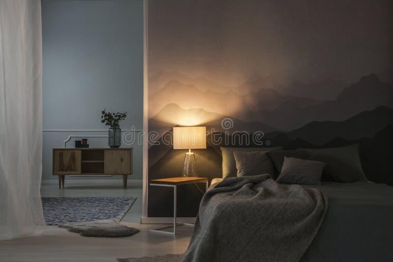 Schlafzimmerinnenraum nachts stockfotografie
