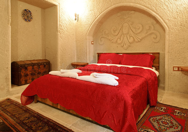Schlafzimmerplan-Rotbettdecke stockfotos