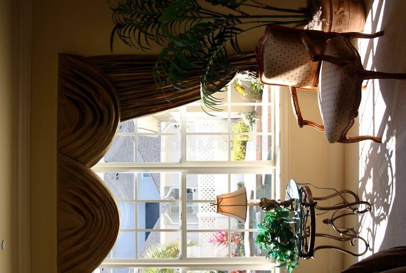 SchlafzimmerSitzbereich im Sonnenlicht lizenzfreie stockfotos