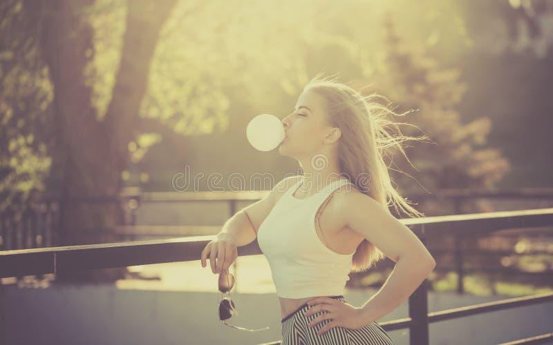 Schlagblase des Mädchens des Gummis lizenzfreie stockbilder