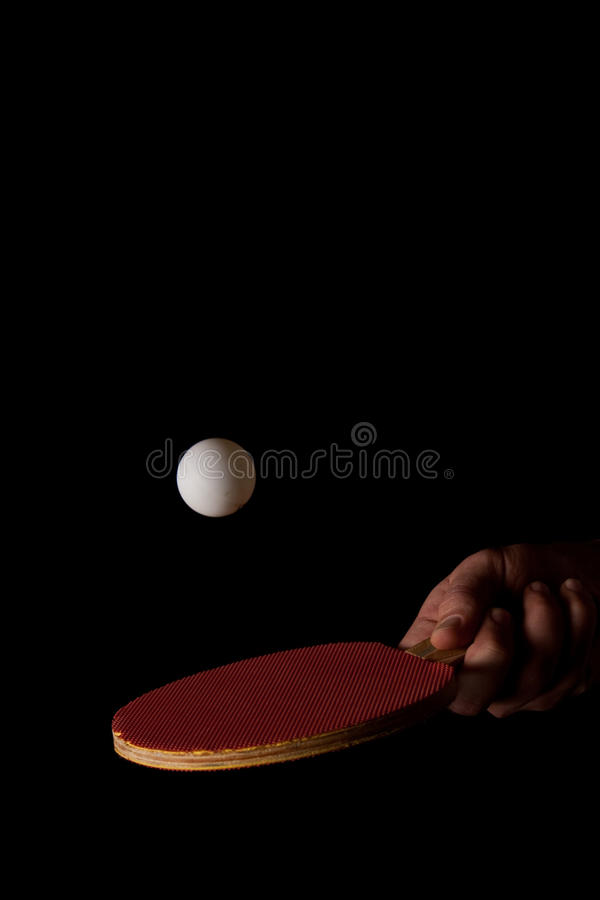 Schlagen einer Klingeln Pong Kugel auf Schwarzem lizenzfreies stockfoto