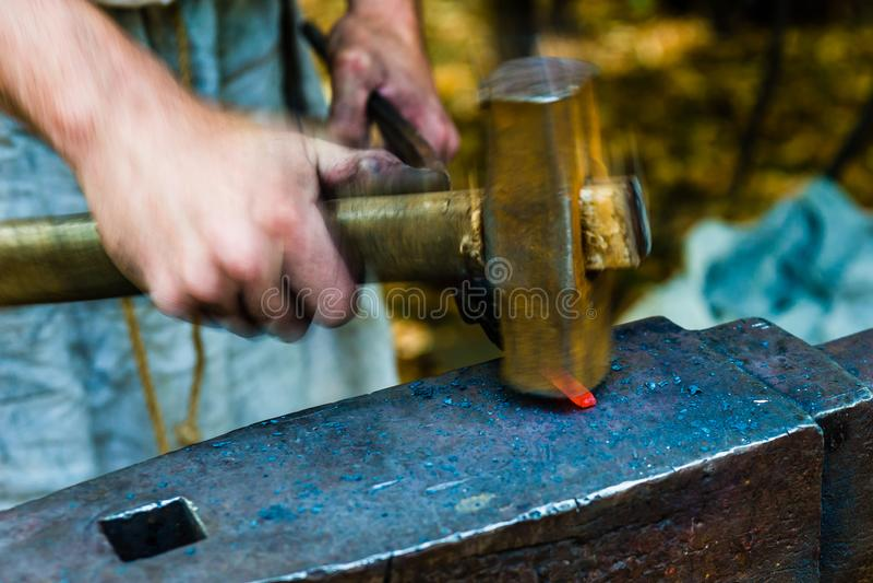 Schlagen Sie das Eisen, während es heiß ist lizenzfreies stockbild